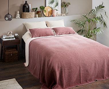 1233bd634b69 Růžový přehoz OXEL v ložnici na posteli